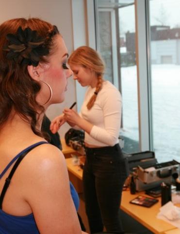 Sedna Bellydancer benytter seg av tilbudet om å få hjelp av en av makeup-artistene.
