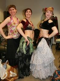 Tre vakre tribal-damer fra Oslo Tribal Bellydance School, Ville, Danielle og Julia.